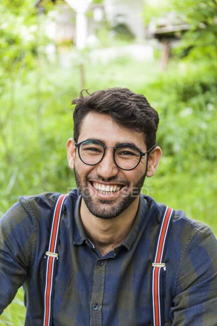 Ritratto di giovane uomo ridente con gli occhiali — Foto stock