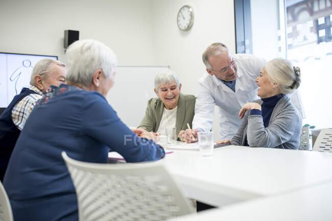 Пенсионеры, посещающие курсы общественного здравоохранения — стоковое фото