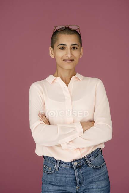 Retrato de una mujer confiada con fondo púrpura - foto de stock