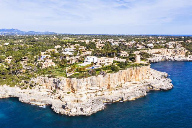 Spagna, Maiorca, Santanyi, Drone vista del villaggio costiero in estate — Foto stock