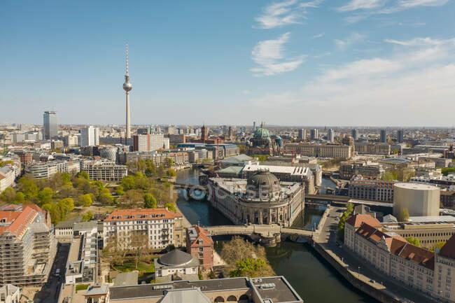 Alemania, Berlín, Vista aérea del Museo Bode con Fernsehturm Berlín de fondo - foto de stock