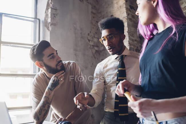 Team creativo che si riunisce in ufficio nel loft — Foto stock