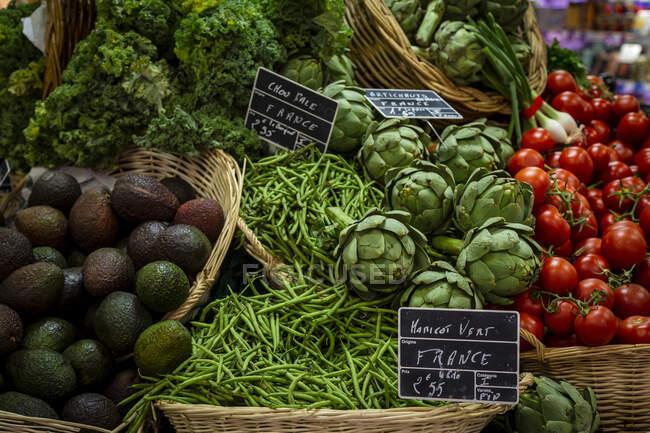 Verduras frescas vendidas en el mercado - foto de stock