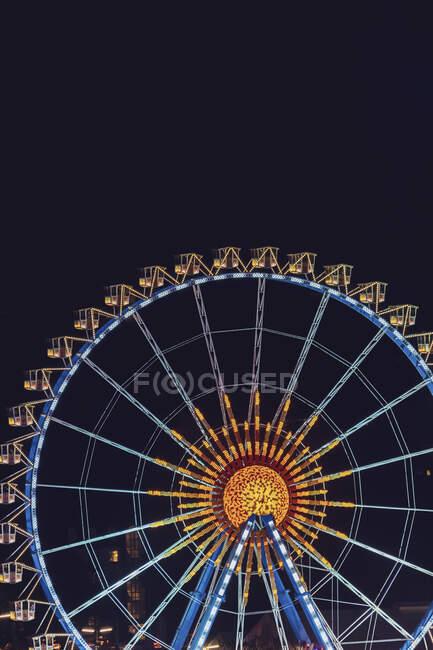 Німеччина, Баварія, Мюнхен, Повітряний вид на освітлене колесо Ферріса вночі. — стокове фото