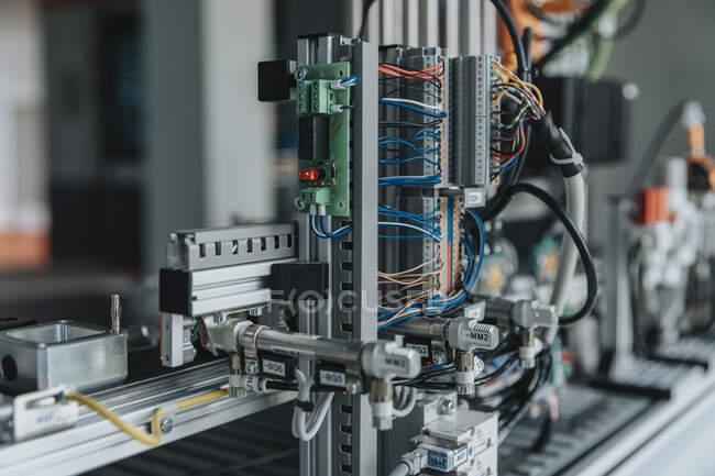 Großaufnahme von Maschinen auf dem Tisch im Labor der Fabrik — Stockfoto