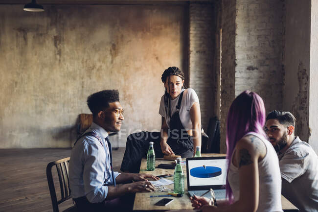 Творчі ділові люди, які працюють за столом в офісі. — Stock Photo