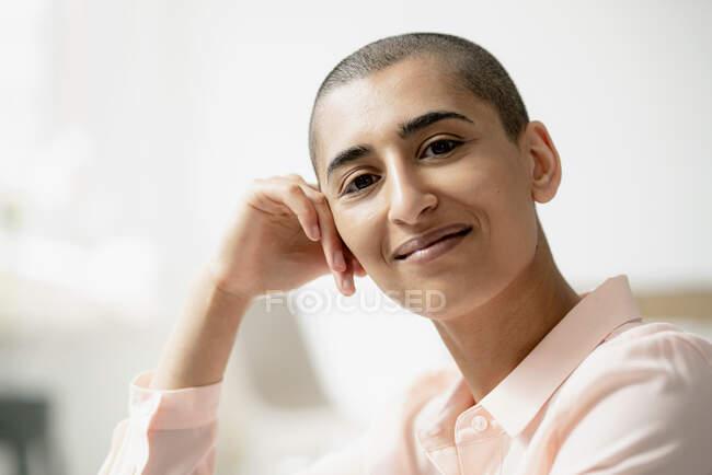 Retrato de una mujer confiada con el pelo corto - foto de stock