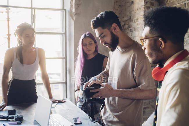 Творча команда проводить ділові зустрічі в офісі. — стокове фото