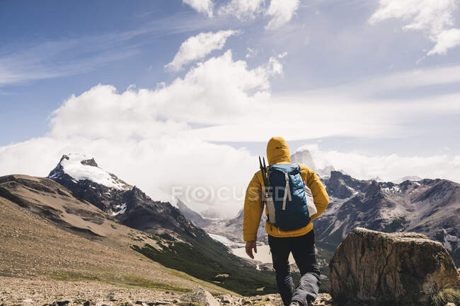 Man with backpack walking on mountain against sky during winter, Patagonia, Argentina — Stock Photo