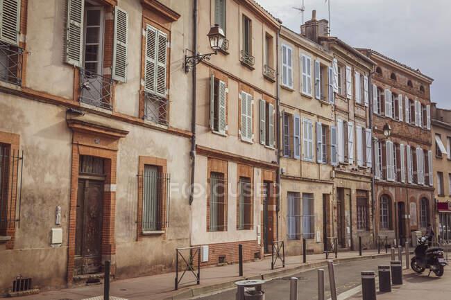 Francia, Haute-Garonne, Toulouse, Fila de casas adosadas antiguas - foto de stock