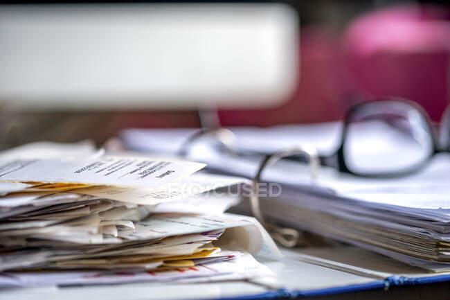 Encuadernación con varios recibos y documentos - foto de stock