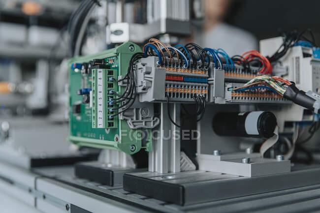Großaufnahme von Geräten auf dem Tisch im Labor der Fabrik — Stockfoto