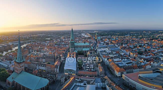 Alemania, Schleswig-Holstein, Lubeck, Vista aérea del casco antiguo al atardecer - foto de stock
