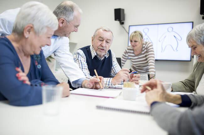 Старші громадяни відвідують курси охорони здоров