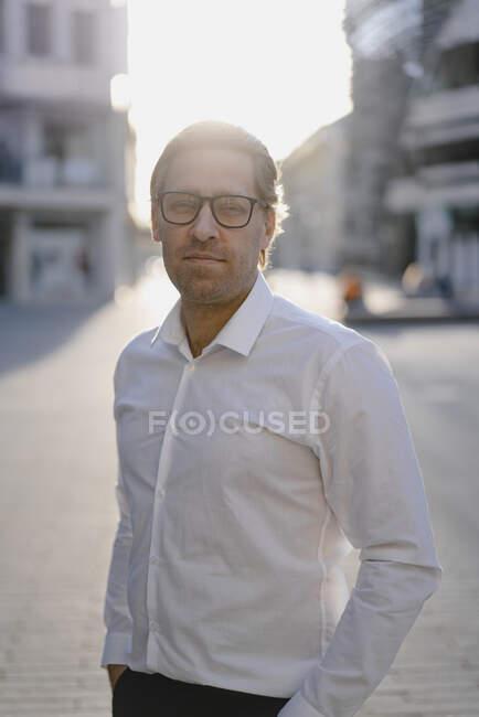 Портрет надійного бізнесмена в місті на заході сонця. — стокове фото