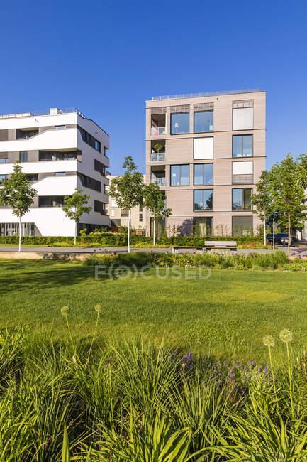 Germany, Baden-Wrttemberg, Heilbronn, Neckar, district of Neckarbogen, New energy efficient apartment buildings — Stock Photo