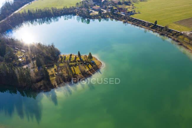 Alemanha, Baviera, Konigsdorf, Drone vista do lago Bibisee — Fotografia de Stock