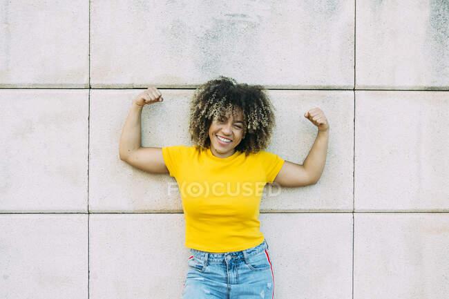 Портрет усмішки сильної жінки на стіні — стокове фото