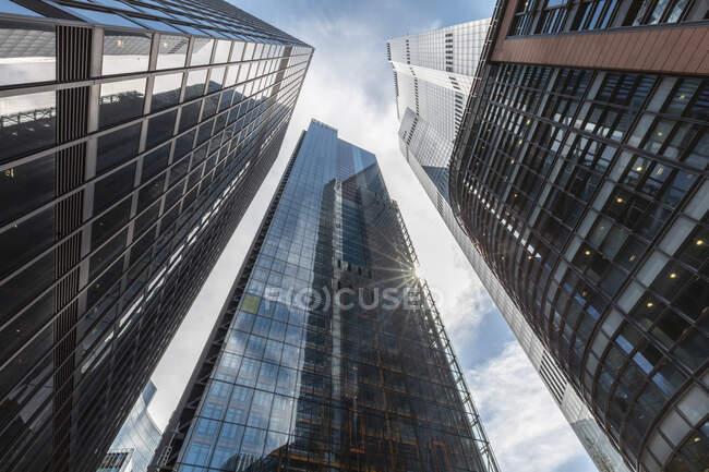 Regno Unito, Londra, Grattacieli moderni in una giornata di sole, vista sull'occhio del verme — Foto stock