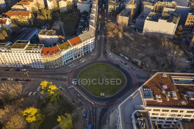 Alemania, Berlín, Vista aérea de la rotonda en el distrito de Kreuzberg - foto de stock