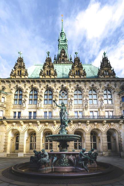 Alemania, Hamburgo, Fuente Hygieia frente al Ayuntamiento de Hamburgo - foto de stock