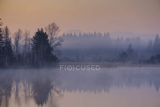 Salida del sol sobre el lago. otoño paisaje. - foto de stock