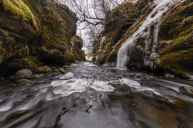 Río y cascada, Islandia - foto de stock