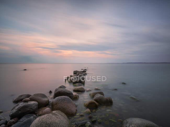 Німеччина, Мекленбург-Західна Померанія, Скелястий берег Ругена в сутінках — стокове фото