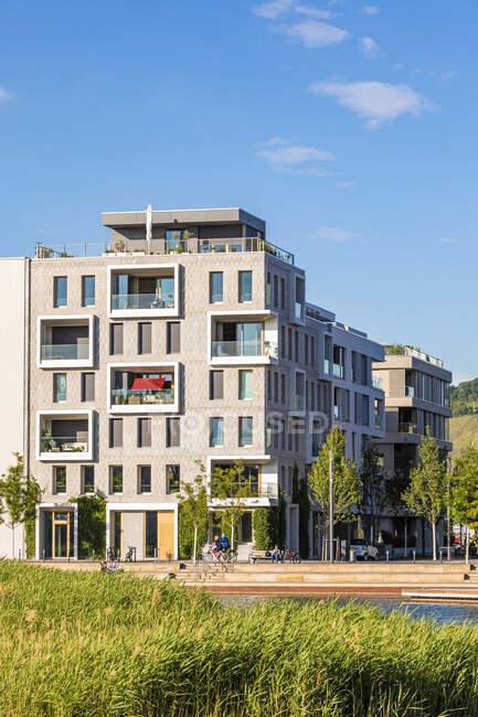 Alemania, Baden-Wrttemberg, Heilbronn, Neckar, distrito de Neckarbogen, Nuevos edificios de apartamentos energéticamente eficientes - foto de stock