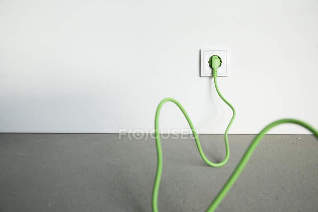 Prise Close-up avec câble dans la prise à la maison en construction — Photo de stock