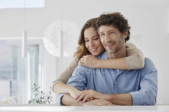 Retrato de feliz pareja cariñosa en casa - foto de stock