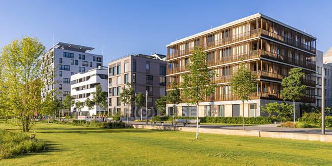 Allemagne, Bade-Wrttemberg, Heilbronn, Neckar, district de Neckarbogen, Nouveaux immeubles à appartements éconergétiques — Photo de stock