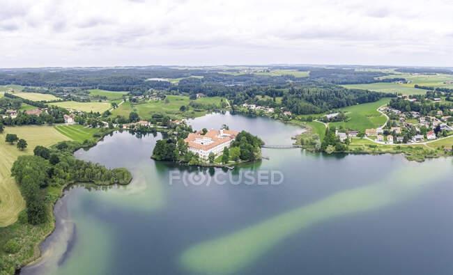 Germania, Baviera, Seeon-Seebruck, veduta aerea dei laghi di Seeon e dell'abbazia di Seeon in estate — Foto stock