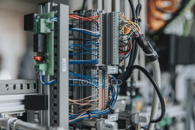 Nahaufnahme von elektrischen Geräten im Labor der Fabrik — Stockfoto