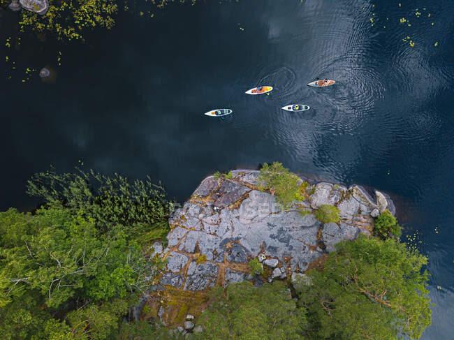 Повітряний вид на веслярів на березі річки Вуоксі. — стокове фото