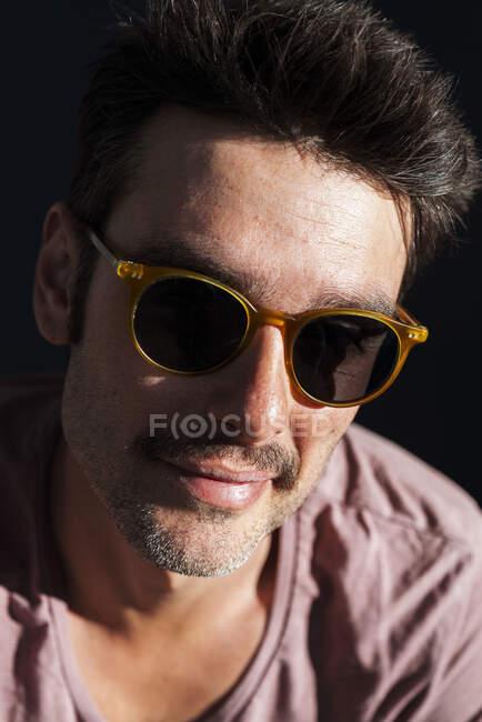 Красунчик середнього дорослого чоловіка у сонячних окулярах. — стокове фото