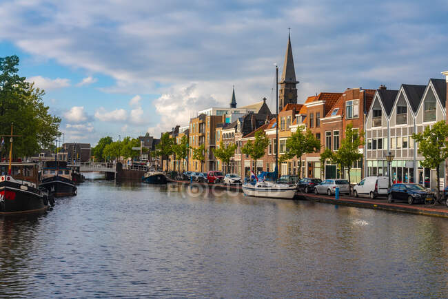 Países Bajos, Holanda Meridional, Leiden, Casas adosadas y canal por Herengracht street - foto de stock