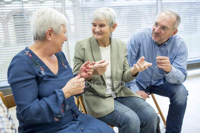 Старші громадяни беруть участь у групових заходах на пенсії. — стокове фото