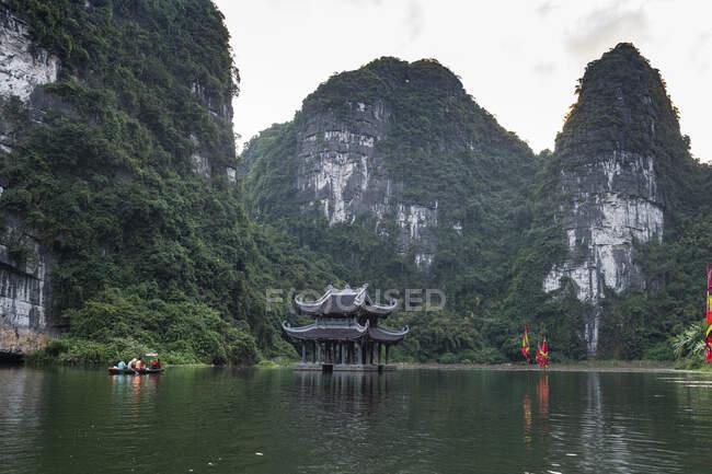 В'єтнам, Храм і вапнякові гори в Тран Сценічний ландшафтний комплекс — стокове фото