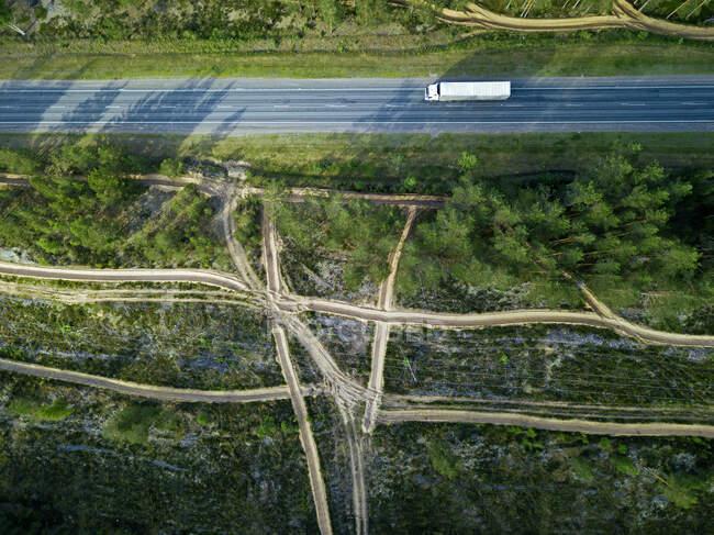 Воздушный беспилотник изображения шоссе и зеленых деревьев в сельской местности. — стоковое фото