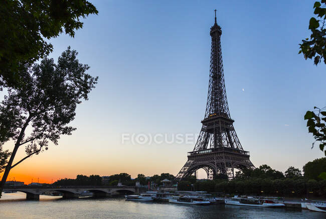 Torre Eiffel sulla sciabica contro il cielo limpido al tramonto, Parigi, Francia — Foto stock