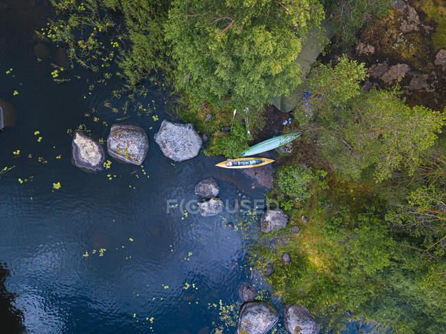 Vista aérea de kayaks a la izquierda en la orilla del río Vuoksi - foto de stock
