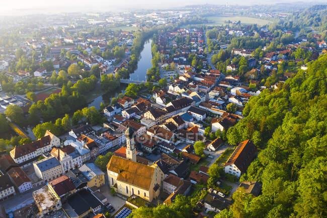 Alemania, Baviera, Wolfratshausen, Drone vista de la ciudad ribereña al amanecer - foto de stock