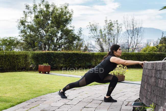Молодая женщина во время тренировки на открытом воздухе — стоковое фото