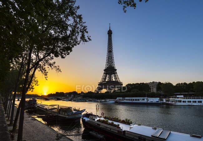 Torre Eiffel sulla Senna contro il cielo azzurro durante l'alba, Parigi, Francia — Foto stock