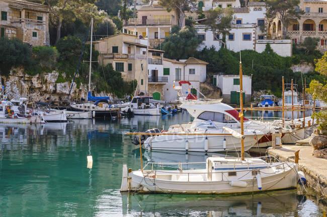 Spagna, Maiorca, Santanyi, Barche ormeggiate nel porto del villaggio costiero in estate — Foto stock