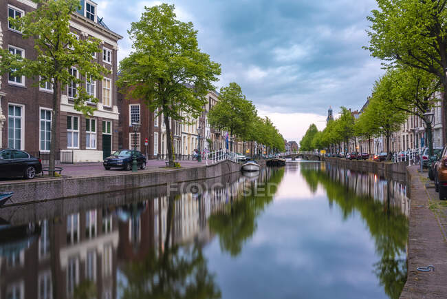 Países Bajos, Holanda Meridional, Leiden, Larga exposición del canal de la ciudad del Rin al atardecer - foto de stock