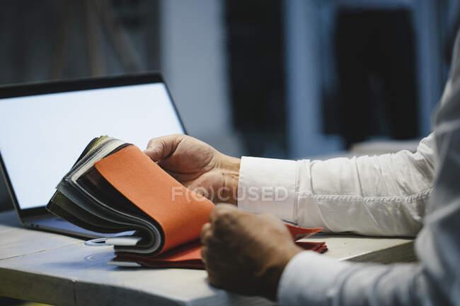 Arquiteto escolhendo amostras têxteis no escritório, close-up — Fotografia de Stock