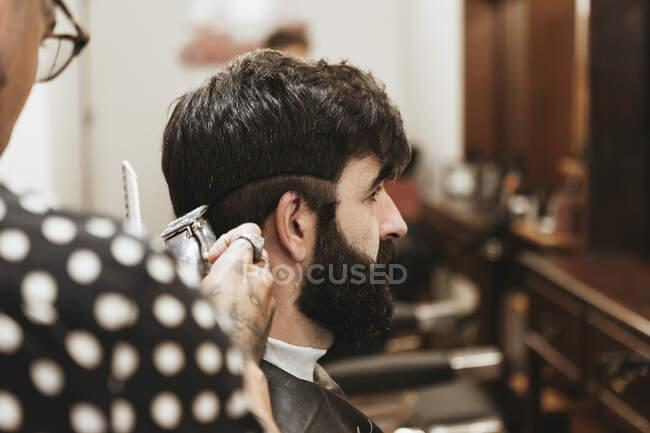 Peluquería corte de pelo del hombre en el salón - foto de stock