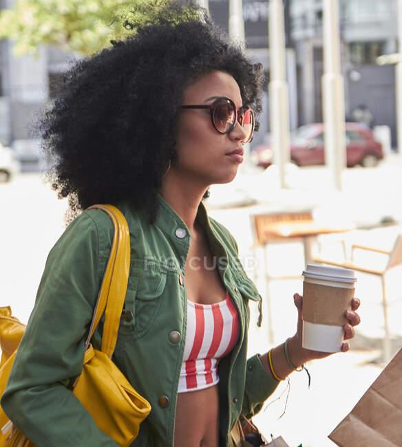 Fidanzate con il caffè per andare in caffè — Foto stock